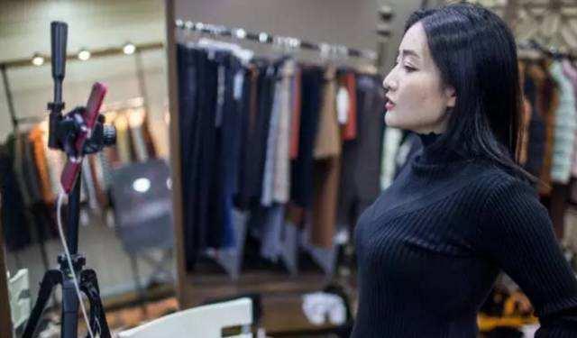 无论你是服装网店还是服装实体店,做个服装人,教你几套服装直播销售之路小技巧